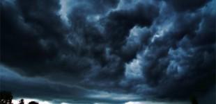 Ploi însemnate şi intensificări ale vântului, în următoarele două zile
