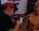 Sute de străini fac coadă ca să fie tatuați de un romaşcan