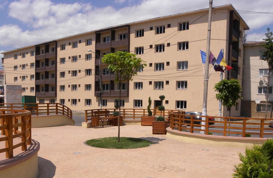 """Primăria Roman mai preia un apartament din fostul """"bloc cu bulină"""""""