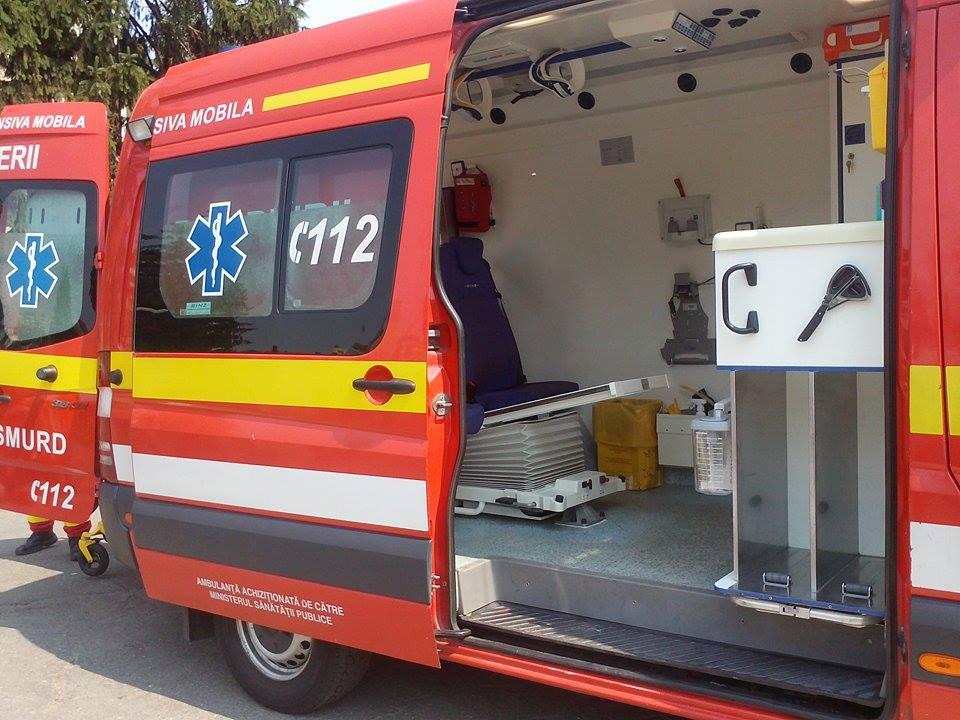 Ambulanța SMURD TIM de la Roman a luat foc în garajul pompierilor