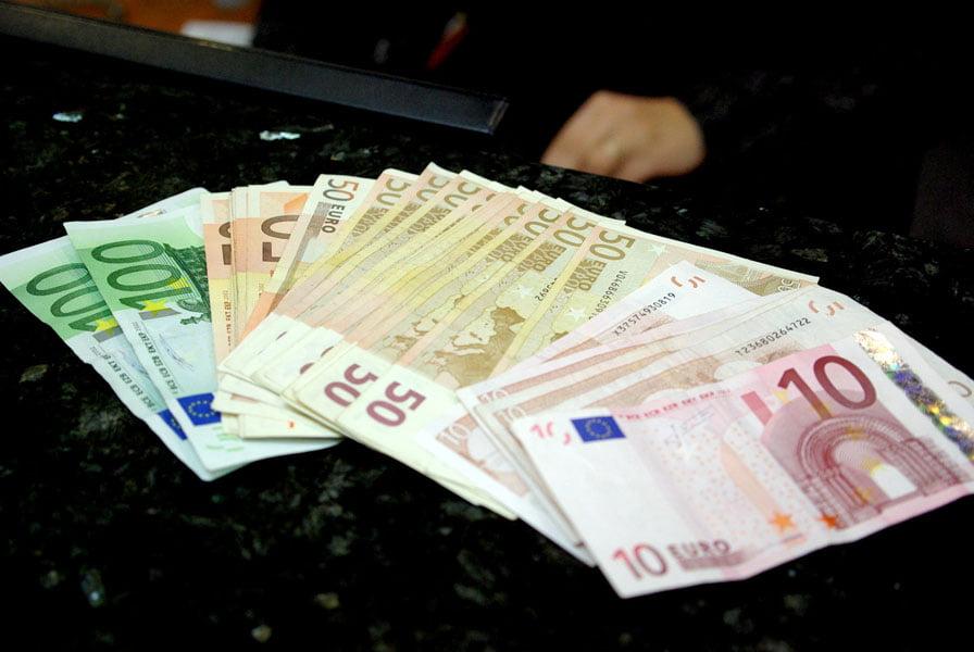 Cercetat pentru trafic de influență, după ce a luat 3.000 de euro pentru a recupera un permis auto