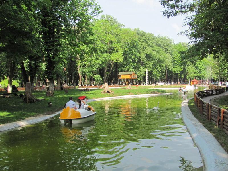 Plimbări gratuite cu bărcile pe lacul din parc