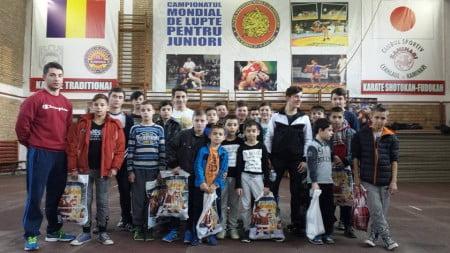 Micii luptători alături de  antrenorul Ştefan Mihuţ