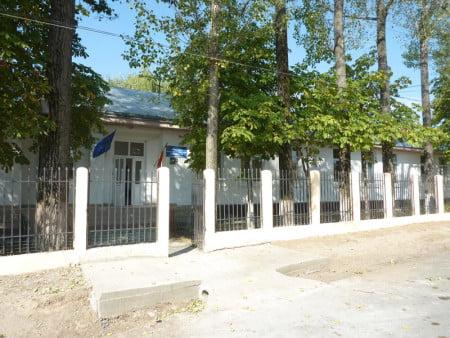 Şcoala din satul Băluşeşti
