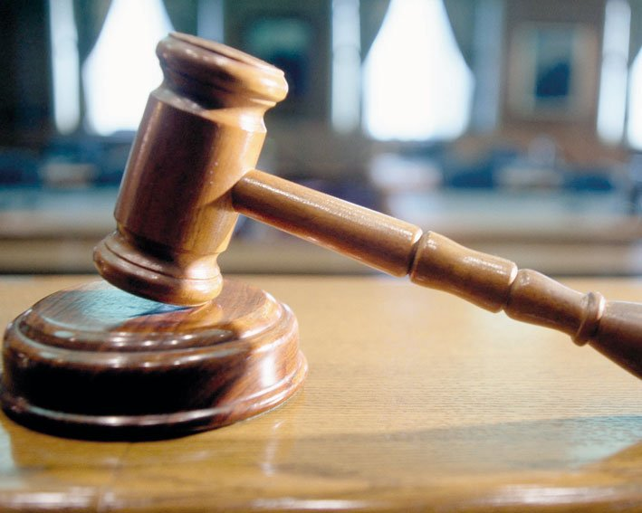 Condamnați la închisoare, după ce au fost prinși la furat într-un balcon din Roman