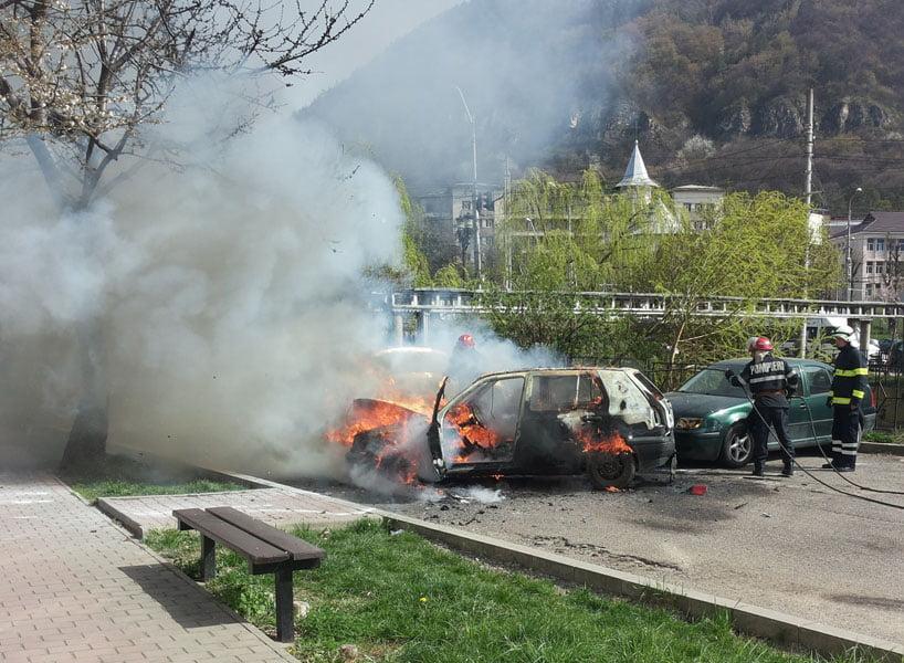 Trei maşini au luat foc în parcare