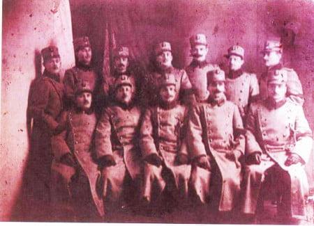 Eroul sublocotenent de rezervă Petru Popescu (al doilea din rândul de sus, de la stânga la dreapta)
