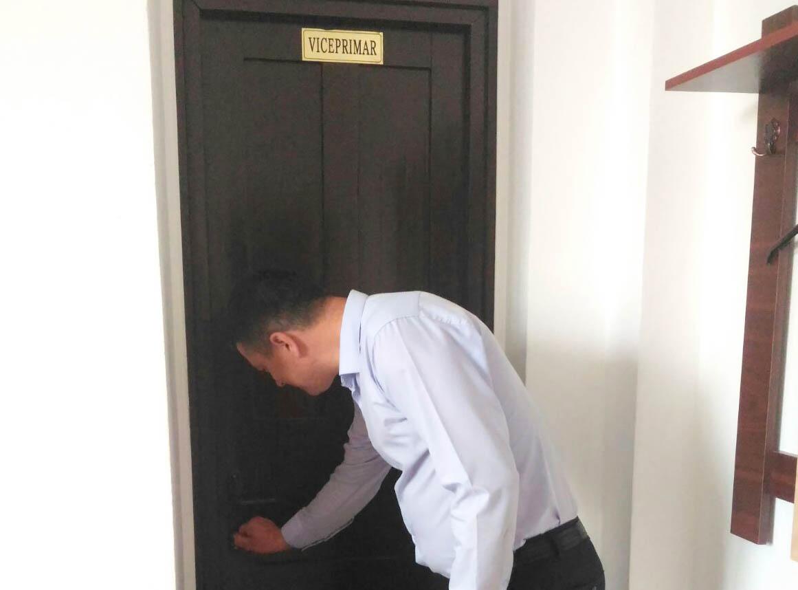 Scandal la Cordun: Viceprimarul Ciobanu nu mai are acces la birou. Primarul îl acuză că întârzie la serviciu