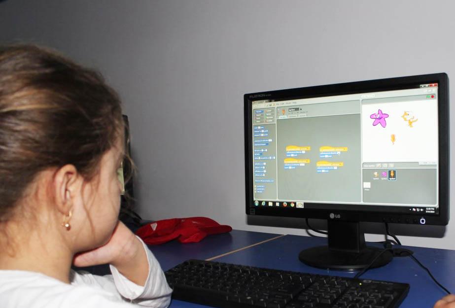 De Ziua Copilului, E.ON oferă câte 15 calculatoare şcolilor din Pânceşti şi Băluşeşti