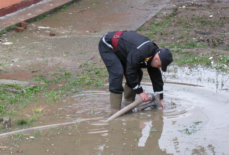Serviciul pentru Situaţii de Urgenţă este în acţiune: Apartamente și curți inundate