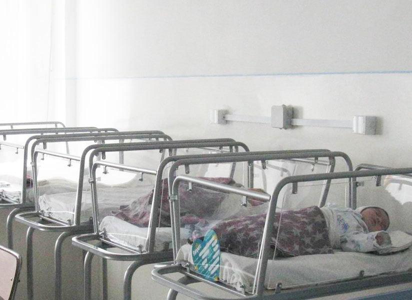 Moş Crăciun a venit la Maternitatea Roman cu zece bebeluşi