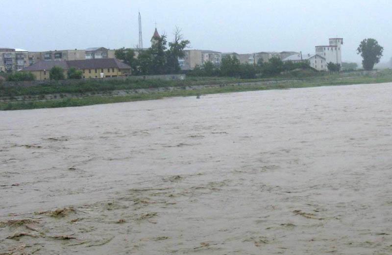 Cod portocaliu de inundaţii pe râul Moldova, până miercuri după-amiază