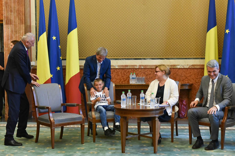 [FOTO] Copiii instituţionalizaţi din Neamţ, oaspeţii premierului Dacian Cioloş