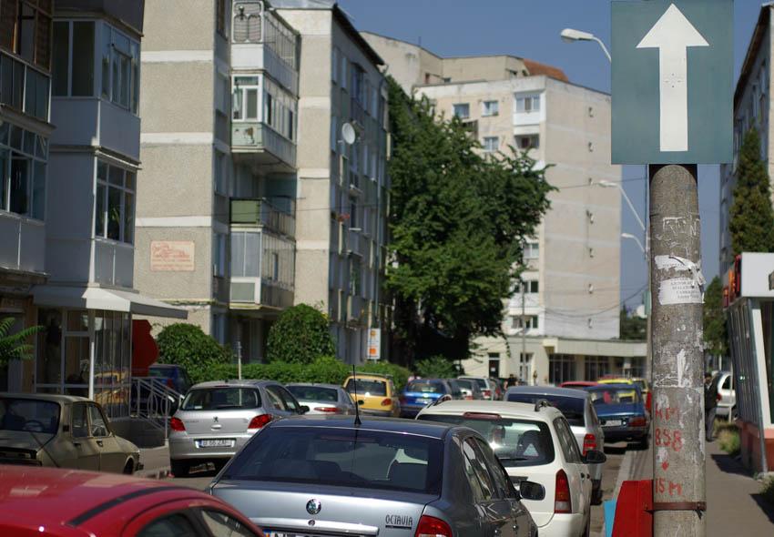 Cine sunt cei care decid regulile de circulaţie sau analizează cererile pentru locuinţe