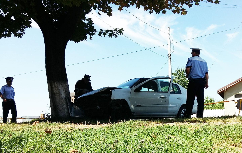 [FOTO] Accident cu trei victime, după ce un şofer băut a intrat într-un copac, pe strada Bogdan Dragoş