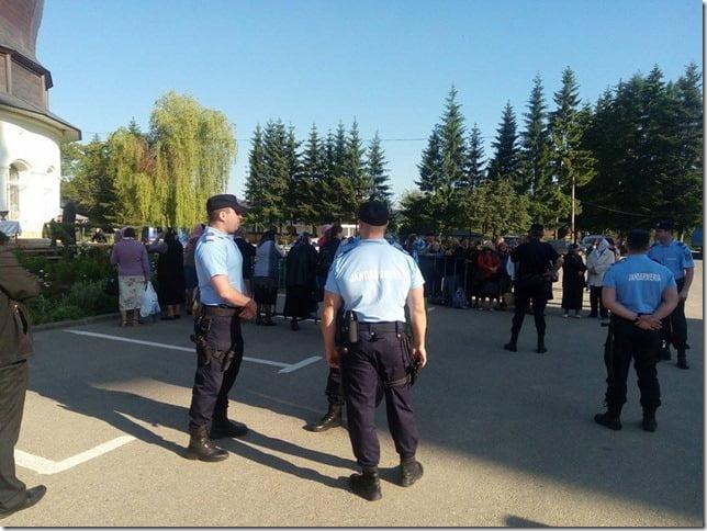 Jandarmii petrec weekendul la mănăstire