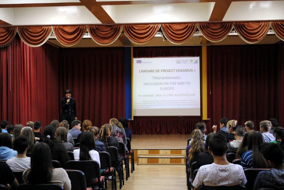 Elevii cu risc de excludere socială, sprijiniţi printr-un proiect european