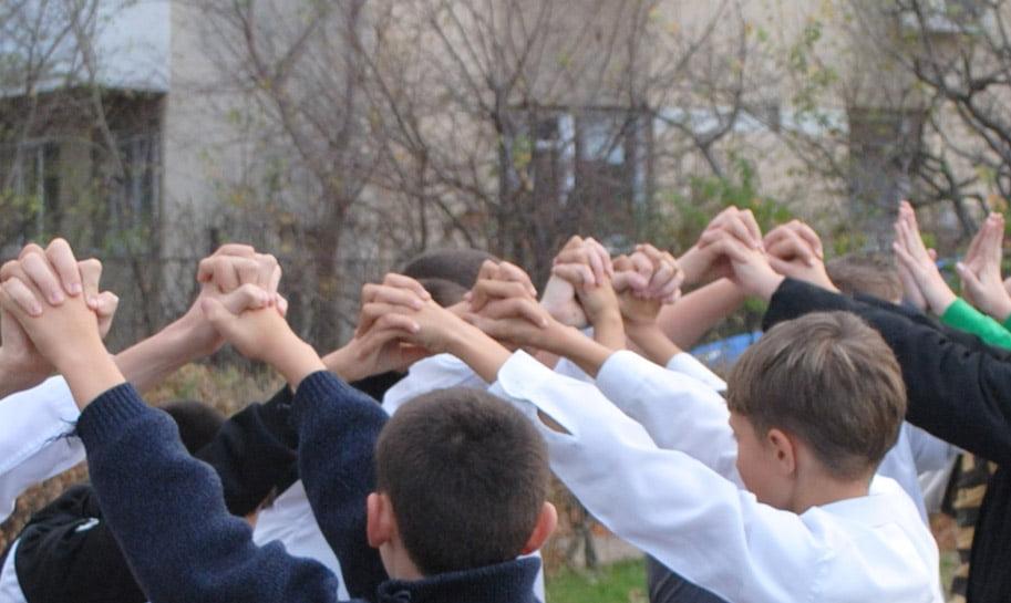 """Guvernul vrea să îi atragă pe copii spre sport cu jocuri ca """"podul de piatră"""" sau """"lupul şi oile"""""""