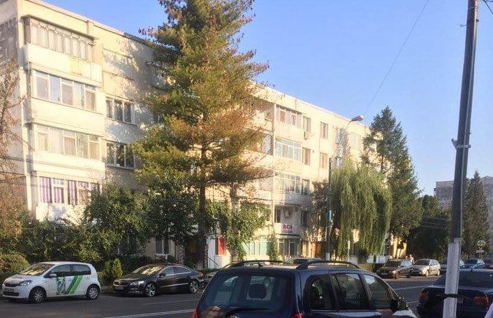 Un tânăr romaşcan şi-a bătut mama şi i-a ameninţat pe poliţişti cu un cuţit