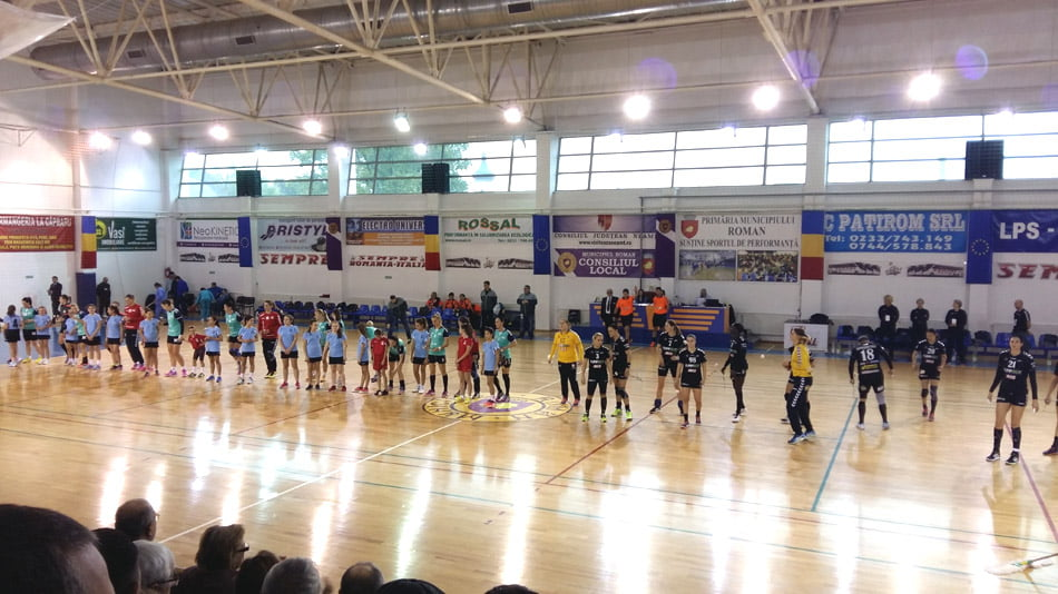 Ploaie de goluri, dar și la propriu, pe terenul CSM Roman, în turul II al Cupei EHF