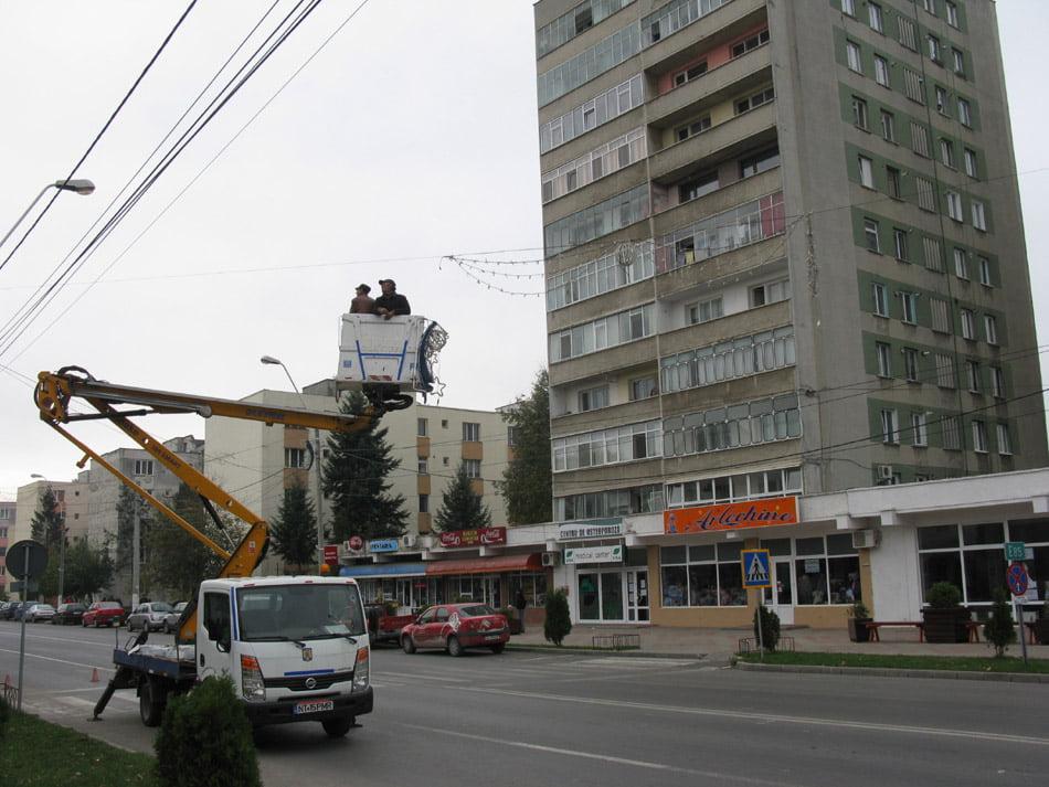 Se montează instalațiile pentru iluminatul ornamental de iarnă