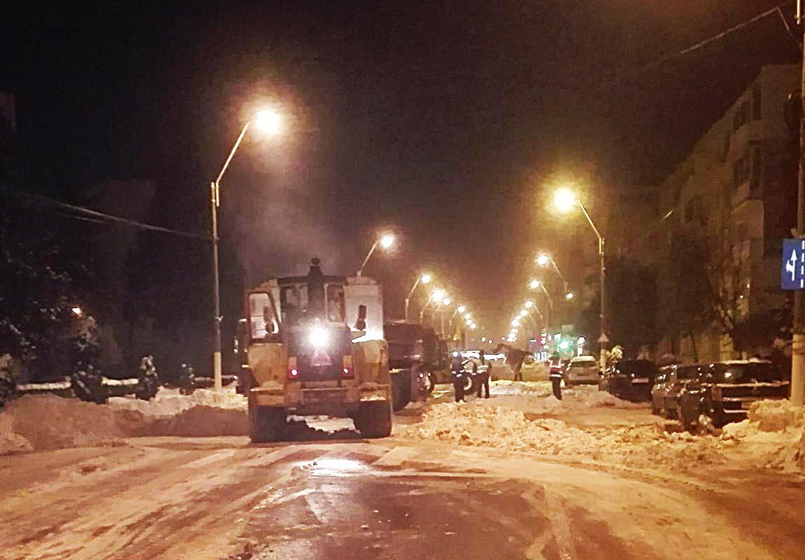 Sute de camioane cu zăpadă au fost ridicate din mai multe zone ale orașului
