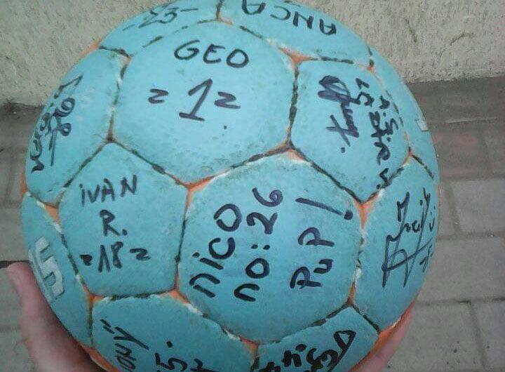 Un suporter al handbalului și jucătoarele CSM Roman, în sprijinul unei mămici bolnave de cancer