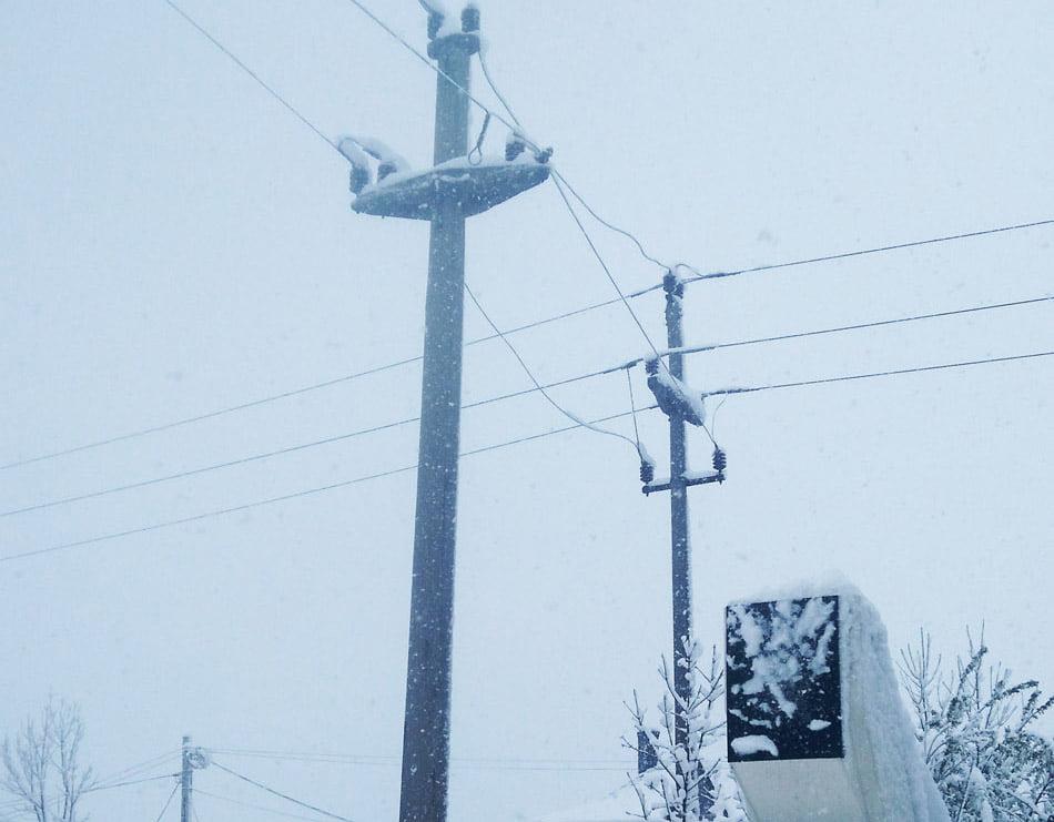 Mii de nemțeni, din 13 localități, în continuare fără curent electric