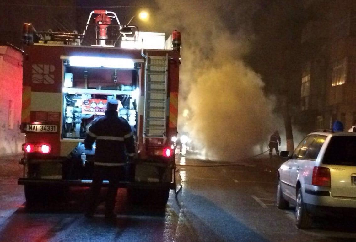 Mașină incendiată pe strada Dobrogeanu Gherea. Incendiatorul a fost reținut