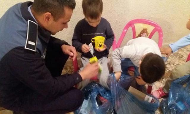 """Polițiștii au donat sânge și au făcut cadouri copiilor de la Centrul """"Romanița"""""""