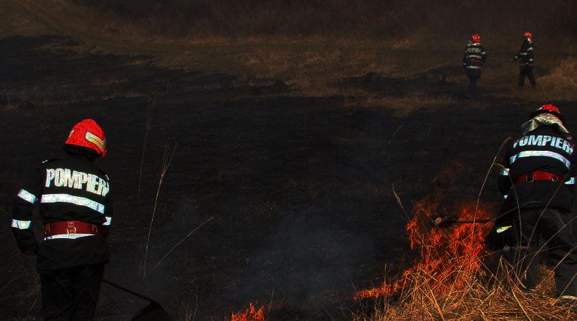 Incendiu de vegetație uscată în comuna Bozieni