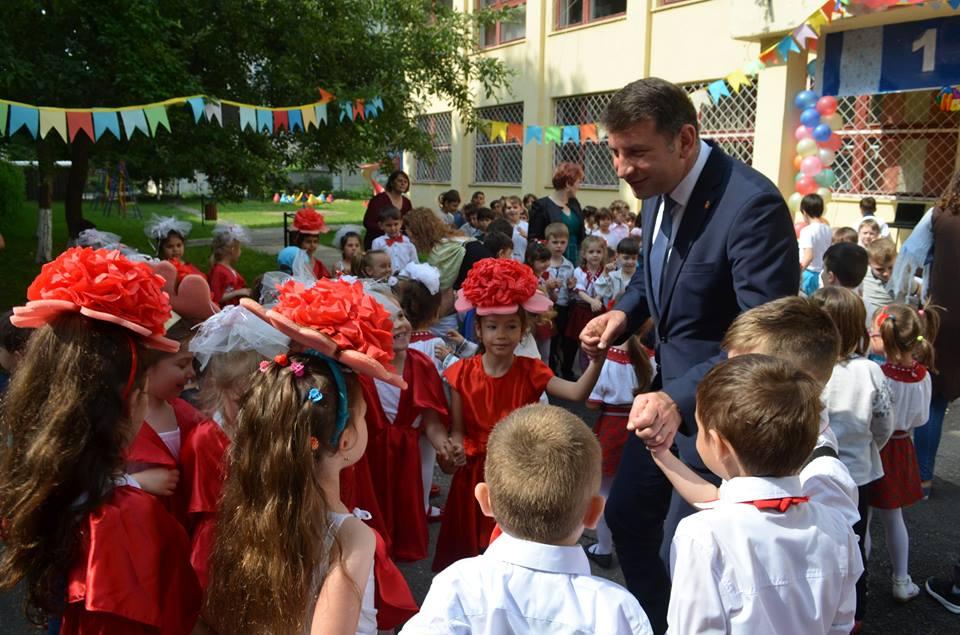 3.450 de pachete cu dulciuri oferite copiilor din grădinițe și școli