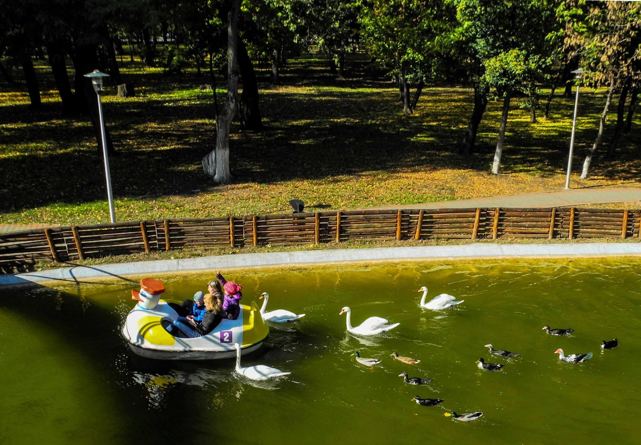De 1 Mai, 1.200 de romașcani s-au plimbat cu barca pe lacul din parc