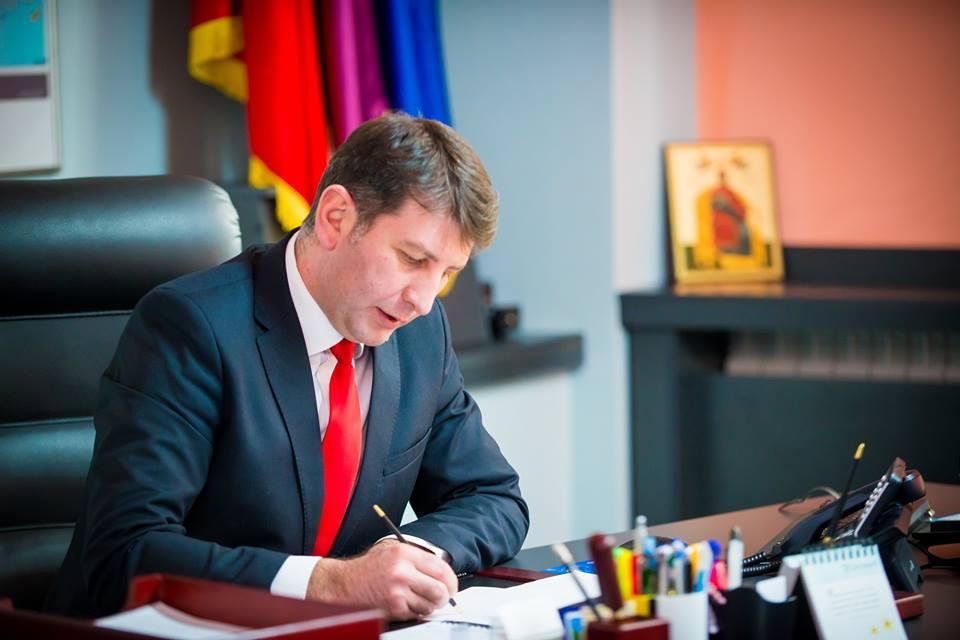 Primarul Lucian Micu o dă în judecată pe fostul ministru Ecaterina Andronescu