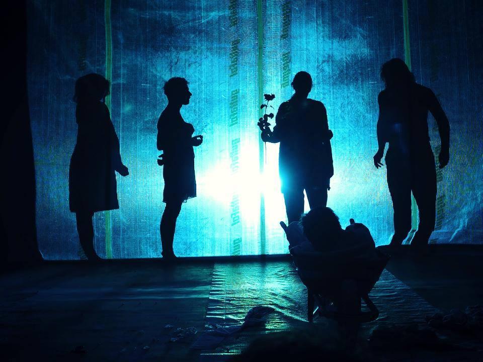 """Trupa de teatru din Praga """"Chemické divadlo"""" sosește la Roman, în cadrul Blecher Fest, cu piesa """"Întâmplări în irealitatea imediată"""""""