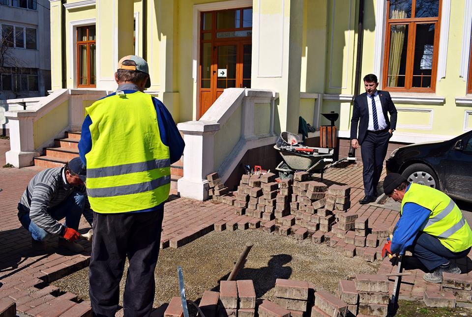 Se repară străzile și pavelele de pe trotuarele modernizate prin PIDU
