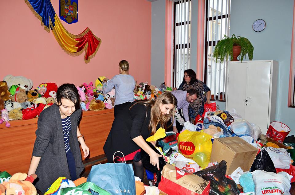 Sute de jucării au fost donate de copii pentru copii