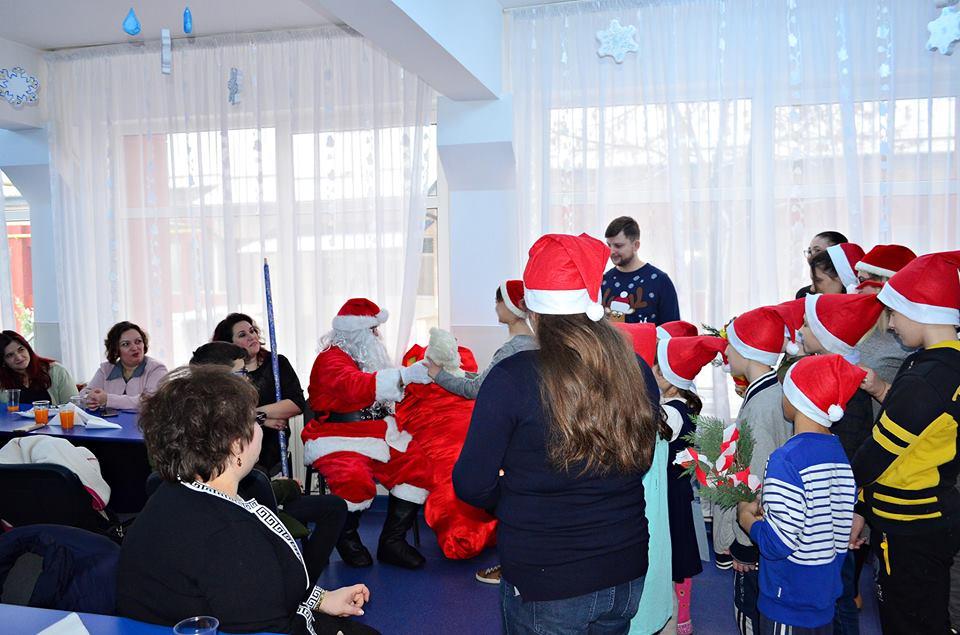 Jucăriile de pluș donate de elevii romașcani au ajuns la copiii din Centrul pentru Educație Incluzivă