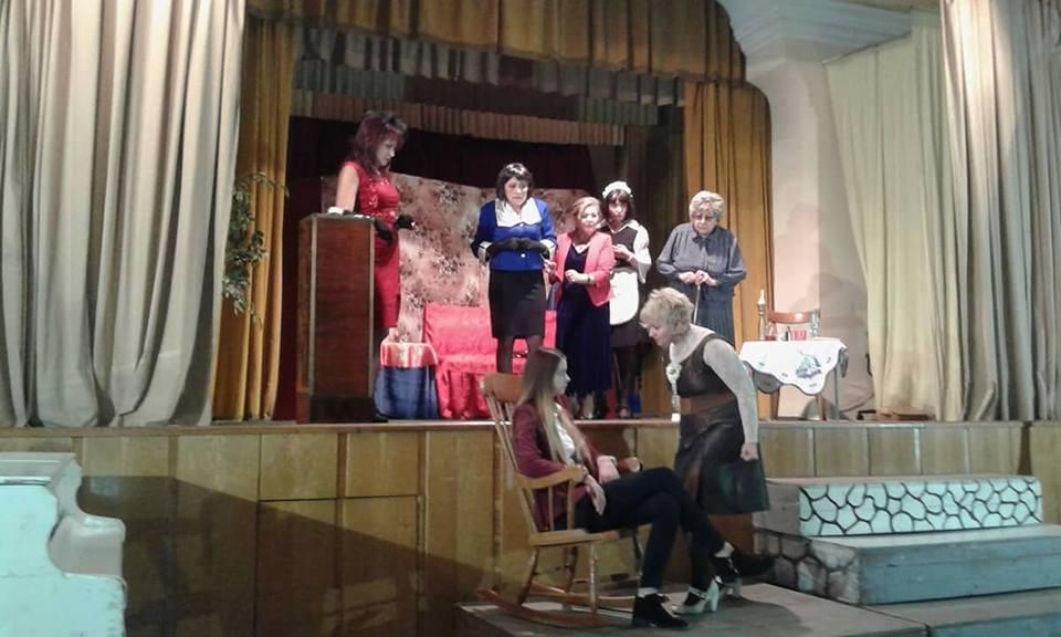 """Comedia """"8 femei"""", prezentată luni de Teatrul """"Dan Alecsandrescu"""" pe scena Cercului Militar"""