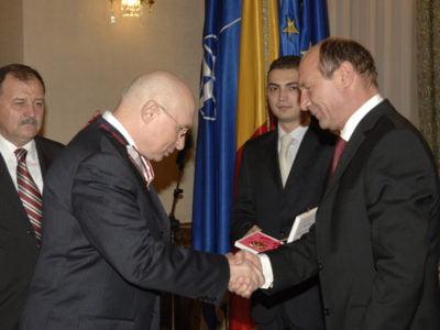 """În 2006, președintele Traian Băsescu îl decora pe profesor doctor Mihai Lucan cu Ordinul """"Meritul Sanitar"""" în grad de Mare Ofiţer"""