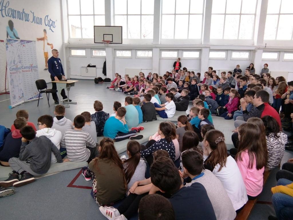 """""""Campionii României"""" – temă pentru un dialog de o oră la Şcoala """"Al. I. Cuza"""" din Roman"""