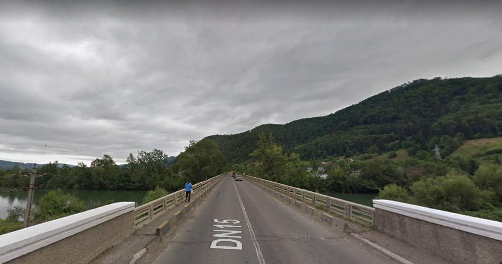Lucrări de reparații la podul de la Pângărați, după ce o parte a parapetului podului s-a prăbușit
