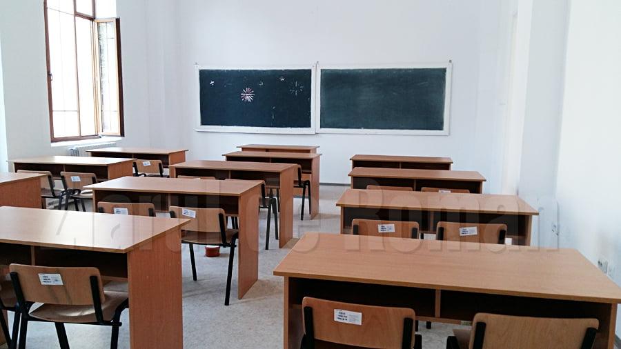 Cursuri suspendate la alte două clase din Roman, din cauza COVID-19