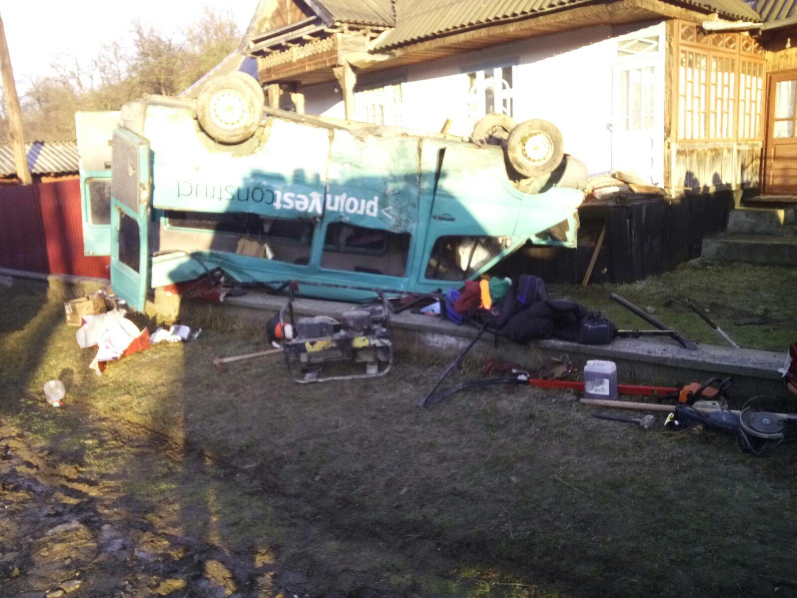 Un microbuz cu șase persoane s-a răsturnat la Pipirig. Un bărbat din Tupilați și-a pierdut viața
