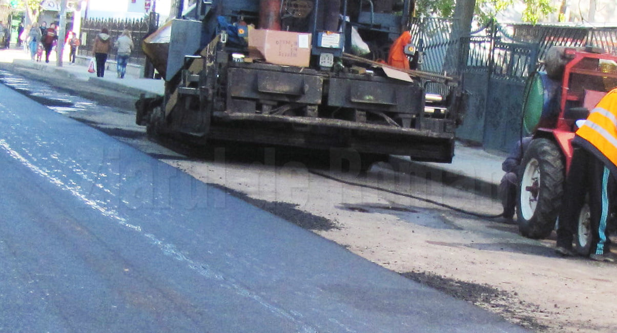 Se asfaltează mai multe străzi din cartierele Bălcescu și Petru Rareș
