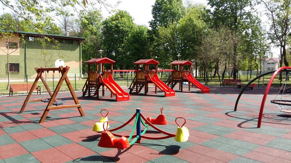 Locuri de joacă pentru copii, modernizate cu suprafață de protecție