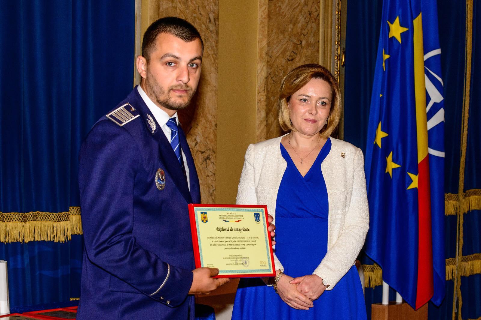 Polițist din cadrul IPJ Neamț, premiat de ministrul Afacerilor Interne după ce a refuzat de patru ori mită