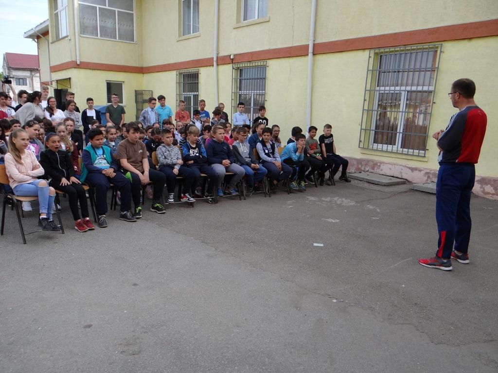 """Premieră la """"Campionii României"""" în Neamț: Întâlnire în aer liber la Şcoala Tămăşeni"""