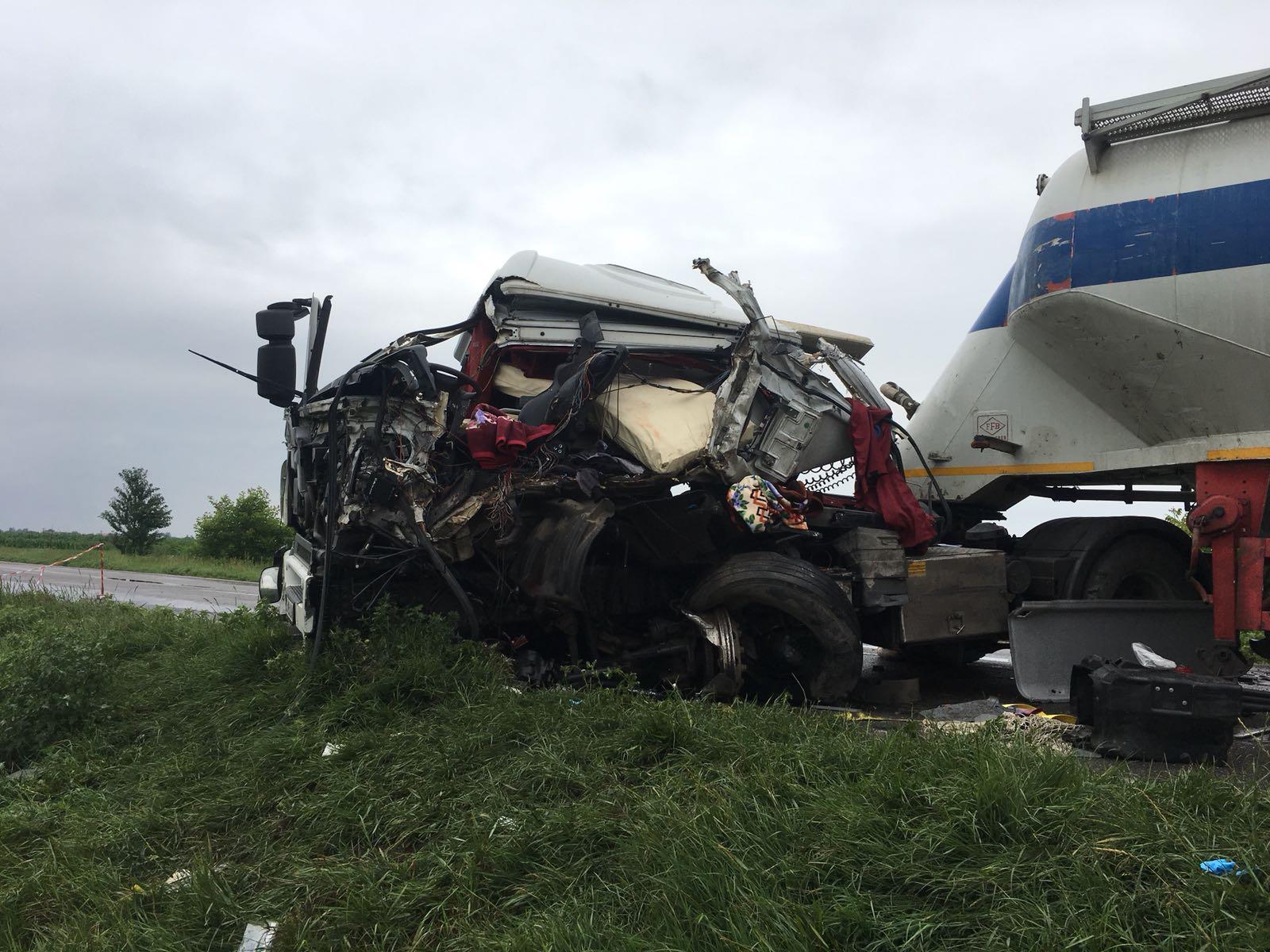 [VIDEO] Prăpăd pe E85 în urma accidentului cu trei autocamioane. Intervenția pompierilor de la descarcerare, filmată de un martor