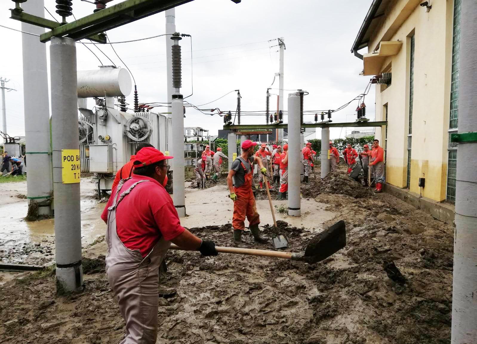 Precipitaţiile abundente şi viiturile au afectat sistemul energetic din Bacău, Botoşani şi Neamţ
